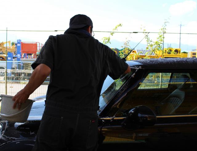 洗車する男性