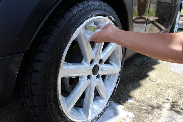 タイヤを洗っている手