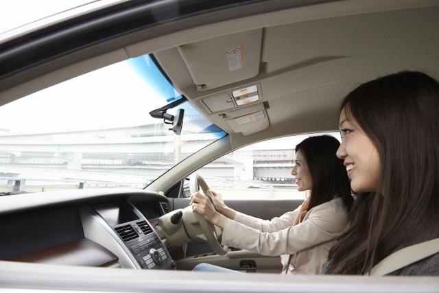 ドライブする女性二人